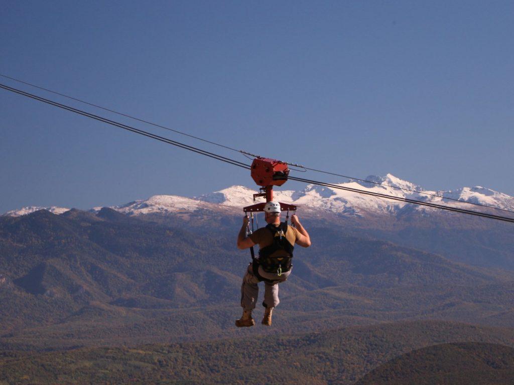 Троллей (zipline) на хребте Уна-Коз